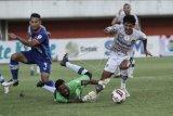 Pesepak bola Bali United Rizky Ahmad Sanjaya Pellu (kanan) mencoba melewati penjaga gawang Persiraja Banda Aceh Fakrurrazi (kiri) saat pertandingan Piala Menpora di Stadion Maguwoharjo, Sleman, DI Yogyakarta, Senin (29/3/2021). Bali United menang dengan skor 2-0. ANTARA FOTO/Hendra Nurdiyansyah/nym.