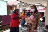 SIBAT Palang Merah Indonesia di Cisarua, Jawa Barat memberikan edukasi kesehatan kepada masyarakat di desa mengenai pentingnya menggunakan masker demi mencegah penyebaran COVID-19 dengan bantuan dari Lembaga Pembangunan Internasional Amerika Serikat (USAID) serta Federasi Internasional Palang Merah dan Bulan Sabit Merah (IFRC).