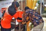 Edukasi mencuci tangan terus dilakukan oleh SIBAT Palang Merah Indonesia di Cisarua, Jawa Barat untuk mempromosikan Perilaku Hidup Bersih Sehat (PHBS) lewat bantuan dari Lembaga Pembangunan Internasional Amerika Serikat (USAID) serta Federasi Internasional Palang Merah dan Bulan Sabit Merah (IFRC).