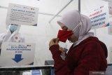 Calon penumpang Kereta Api meniup kantong plastik saat tes deteksi COVID-19 dengan metode GeNose C19 di Stasiun Kota Kediri, Jawa Timur, Selasa (30/3/2021). PT Kereta Api Indonesia Daop 7 memperluas layanan GeNose di lima wilayah meliputi stasiun Kediri, Nganjuk, Blitar, Tulungagung, dan Kertosono sebagai upaya mencegah penyebaran COVID-19. Antara Jatim/Prasetia Fauzani/zk.
