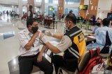 Petugas kesehatan menyuntikkan vaksin COVID-19 Astrazeneca kepada petugas pelayanan bandara di Lobby Baru Terminal 1 Bandara Internasional Juanda di Sidoarjo, Jawa Timur, Selasa (30/3/2021). Sebanyak 2.332 petugas pelayanan, karyawan maskapai, AirNav, petugas kebersihan, keamanan publik, dan mitra usaha lainnya menerima vaksinasi COVID-19 yang diadakan PT Angkasa Pura I Kantor Cabang Bandara Juanda. Antara Jatim/Umarul Faruq/zk.