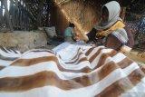 Perajin menyelesaikan pembuatan batik di Desa Klampar, Pamekasan, Jawa Timur, Rabu (31/3/2021). Beberapa waktu lalu Pemkab Pamekasan melaunching salah satu batik unggulannya go internasional  yaitu 'Batik Toket' batik tersebut juga akan dikenakan Puteri Indonesia 2020, RR Ayu Maulida Putri pada ajang miss universe di Amerika Serikat pada akhir April 2021 mendatang. Antara Jatim/Saiful Bahri/zk