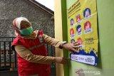 Poster digunakan oleh SIBAT Palang Merah Indonesia di Temanggung, Jawa Tengah untuk meningkatkan kesadaran masyarakat mengenai cara cuci tangan yang baik dan benar untuk mengurangi penyebaran COVID-19. Hal ini merupakan bagian dari bantuan dari Lembaga Pembangunan Internasional Amerika Serikat (USAID) serta Federasi Internasional Palang Merah dan Bulan Sabit Merah (IFRC).