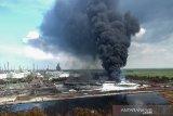 Suasana kebakaran tangki minyak milik Pertamina RU VI Balongan, Indramayu, Jawa Barat, Rabu (31/3/2021). Memasuki hari ketiga pascakebakaran, tim Emergency Pertamina berhasil memadamkan tiga tangki dari total empat tangki yang terbakar. ANTARA JABAR/Dedhez Anggara/agr