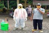 Legislator Kulon Progo bersama relawan melakukan gerakan dekontaminasi