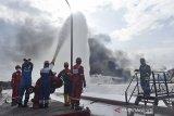 Tim HSSE & Fire Fighter Pertamina berupaya memadamkan api pada kejadian insiden tangki Pertamina di Kilang Balongan RU VI, Indramayu pada Rabu (31/3/2021). Pertamina RU VI dan Unit RU yang ada di Indonesia bersama petugas DInas Pemadam Kebakaran Cirebon berupaya memadamkan sisa api yang masih membakar salah satu tangki. ANTARA JABAR/Humas Pertamina/Priyo Widianto/handout/DA/agr