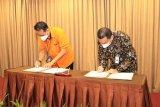 Plt Direktur Utama Bank Kalsel IGK Prasetya dan Kepala Regional 9 Banjarbaru PT Pos Akhmad Taufik Kalsel dan PT Pos Indonesia menandatangani  Perjanjian Kerjasama (PKS) Pengelolaan Penerimaan Pembayaran Multipayment dan Pajak Daerah dengan memanfaatkan layanan pospay, yang dilakukan di Hotel Rattan Inn Banjarmasin, Rabu (31/3/2021).