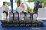 PEMUSNAHAN PRODUK IMPOR ILEGAL. Petugas Kanwil Bea Cukai Aceh bersama pejabat Forkopimda secara simbolis bersiap memusnahkan berbagai jenis produk elektronik berupa Handphone, Handy Talky dan produk impor ilegal lainnya di Banda Aceh, Aceh, Kamis (1/4/2021).  Sejumlah produk impor ilegal hasil penindakan sejak tahun 2018 hingga 2020 yang dimusnahkan itu, terdiri dari handphone, handy talky, CD, kosmetik, susu, sepatu, suplemen, vape,rokok , dan barang impor ilegal lainnya. ANTARA FOTO/Ampelsa.