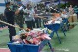 PEMUSNAHAN PRODUK IMPOR ILEGAL. Petugas Kanwil Bea Cukai Aceh bersama pejabat Forkopimda secara simbolis memusnahkan berbagai jenis produk elektronik berupa Handphone, Handy Talky dan produk impor ilegal lainnya di Banda Aceh, Aceh, Kamis (1/4/2021).  Sejumlah produk impor ilegal hasil penindakan sejak tahun 2018 hingga 2020 yang dimusnahkan itu, terdiri dari handphone, handy talky, CD, kosmetik, susu, sepatu, suplemen, vape,rokok , dan barang impor ilegal lainnya. ANTARA FOTO/Ampelsa.