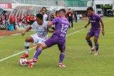 Pesepak bola Persita Tangerang Kevin Gomes (tengah) berebut bola dengan pesepak bola Bali United Rahmat (kiri) saat pertandingan Piala Menpora 2021, di Stadion Maguwoharjo, Sleman, DI Yogyakarta, Jumat (2/4/2021). Pertandingan berakhir imbang dengan skor 1 - 1. ANTARA FOTO/Hendra Nurdiyansyah/nym.