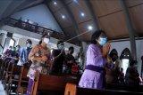 Umat Katolik mengikuti Ibadat Jumat Agung di Gereja Katolik Paroki Roh Kudus Babakan, Badung, Bali, Jumat (2/4/2021). Peringatan Jumat Agung di gereja tersebut diselenggarakan dengan menerapkan protokol kesehatan pencegahan COVID-19 secara ketat dan diikuti oleh jemaat yang mengenakan pakaian adat Bali. ANTARA FOTO/Fikri Yusuf/nym.