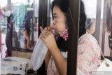 Calon penumpang melakukan tes deteksi COVID-19 dengan metode GeNose C-19 di Lobby Baru Terminal 1 Bandara Internasional Juanda di Sidoarjo, Jawa Timur, Kamis (1/4/2021). Pemerintah Indonesia mulai menerapkan penggunaan GeNose mulai 1 April di empat bandara yakni Medan, Bandung, Jogjakarta dan Surabaya di luar Soekarno-Hatta bagi penumpang pesawat dengan tarif Rp40.000. Antara Jatim/Umarul Faruq/zk.