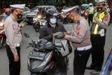 Petugas memeriksa kendaraan yang melintas di jalan Raya Waru, Perbatasan Surabaya - Sidoarjo, Jawa Timur, Kamis (1/4/2021). Pemeriksaan dan penyekatan di titik perbatasan tersebut sebagai upaya meningkatkan pengamanan dan mengantisipasi ancaman teror. Antara Jatim/Umarul Faruq/zk.
