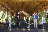 Bupati Banyuwangi Ipuk Fiestiandani Azwar Anas  (kiri) bersama Terminal Manager Pertamina Tanjung Wangi Muhammad Ali Ba'bud (kanan) memotong pita sebagai simbolis  peresmian aula Rumah Bambu di Papring Kalipuro, Banyuwangi, Jawa Timur, Selasa (30/3/2021). Penyaluran program CSR Pertamina berupa aula bambu itu diharapkan selain dapat menunjang sarana belajar anak-anak sekolah adat Kampoeng Baca Taman Rimba (Batara) juga dapat dimanfaatkan warga dalam meningkatkan produksi kerajinan bambu. Antara Jatim/Budi Candra Setya/zk.