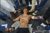 Sejumlah jurnalis yang tergabung dalam Forum Jurnalis Tasik Melawan melakukan teatrikal saat aksi solidaritas di Tugu Asmaul Khusna, Kota Tasikmalaya, Jawa Barat, Kamis (1/4/2021). Mereka menuntut kepada Kapolri untuk menuntaskan kasus kekerasan dan penganiayaan yang diduga dilakukan oleh oknum aparat terhadap Jurnalis Tempo yang sedang melaksanakan tugas jurnalistiknya, di Surabaya, bahkan Lembaga Bantuan Hukum (LBH) Pers dan Aliansi Jurnalis Independen (AJI) Indonesia mencatat, kasus kekerasan terhadap wartawan dan media pada tahun 2020 meningkat sebanyak 117 kasus dibandingkan pada 2019 sebanyak 79 kasus. ANTARA FOTO/Adeng Bustomi/aww.