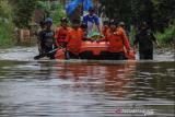Petugas gabungan mengevakuasi jenazah menggunakan perahu karet di Andir, Baleendah, Kabupaten Bandung, Jawa Barat, Kamis (1/4/2021). Petugas gabungan dari BPBD, Pemadam Kebakaran, dan Tagana membantu mengevakuasi jenazah anggota keluarga yang meninggal dunia di permukiman yang terdampak banjir luapan Sungai Citarum. ANTARA FOTO/Raisan Al Farisi/aww.
