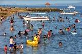 Wisatawan menikmati liburan di Pantai Mertasari Sanur, Denpasar, Bali, Sabtu (3/4/2021). Obyek wisata di wilayah Sanur yang dicanangkan sebagai zona hijau COVID-19 tersebut ramai dikunjungi wisatawan lokal pada liburan Hari Raya Paskah. ANTARA FOTO/Nyoman Hendra Wibowo/nym.