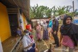 Ketua Ikatan Keluarga Alumni Lemhanas (IKAL) Kalsel Zulkifli (dua kanan) berbincang dengan warga yang terdampak banjir bandang di Desa Waki, Kabupaten Hulu Sungai Tengah, Kalimantan Selatan, Sabtu (3/4/2021). IKAL pusat yang di ketuai Agum Gumelar memberikan bantuan berupa peralatan rumah tangga seperti lemari dan kipas angin, dan bahan bangunan relokasi pembangunan langgar Darul Amin serta pembangunan empat unit rumah/hunian sementara untuk korban yang terdampak Banjir di Kalsel sebagai bentuk kepedulian atas bencana yang melanda sejumlah wilayah Indonesia. Foto Antaranews Kalsel/Bayu Pratama S.