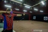 Warga bermain dan berlatih panahan di Area Wisata Summary Club Archery Rabbani, Bandung, Jawa Barat, Sabtu (3/4/2021). Tempat wisata yang bekerja sama dengan Federasi Seni Panahan Tradisional Indonesia (Fespati) Bandung tersebut menjadi alternatif wisata bagi masyarakat Kota Bandung yang ingin bermain dan berolahraga panahan untuk meningkatkan kesehatan, motorik dan kerja sama. ANTARA JABAR/Novrian Arbi/agr