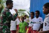 Pratu Mar Apriantus sosialisasi  cuci tangan dan sikat gigi ke siswa SD YPPK Kawagit
