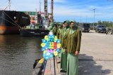 Persit KCK XXXV Kodim Mimika tabur bunga di pelabuhan Pomako