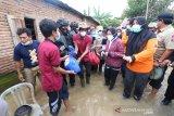 Mensos Risma membagikan bantuan untuk korban banjir di NTB