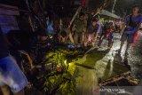 Sejumlah warga mengevakuasi sepeda motor yang tertimpa dinding bangunan yang ambruk di kawasan Pasar Ujung Murung di Jalan Sudimampir, Banjarmasin, Kalimantan Selatan, Senin (5/4/2021). Dinding di lantai tiga bangunan Pasar Ujung Murung ambruk mengakibatkan satu unit sepeda motor tertimpa reruntuhan bangunan. Foto Antaranews Kalsel/Bayu Pratama S.