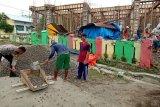 Bersama warga, Bhabinkamtibmas Polsek Lape gotong royong bangun masjid di Desa Hijrah