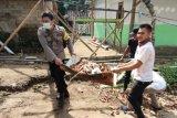 Bhabinkamtibmas Taman Sari gotong royong bersihkan sampah dan bekas material bangunan