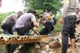 Kapolres bersama warga gotong royong bangun jembatan darurat di Praya Barat Daya