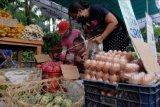 Warga memilih buah-buahan saat berbelanja di Pasar Murah Kota Denpasar, Bali, Selasa (6/4/2021). Kegiatan yang digelar oleh Pemerintah Kota Denpasar tersebut untuk menyambut Hari Raya Galungan dan Kuningan serta mendukung pemulihan ekonomi berbasis masyarakat di masa pandemi COVID-19. ANTARA FOTO/Nyoman Hendra Wibowo/nym.
