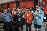 Direktur Utama Pos Indonesia Faizal Rochmad Djoemadi (kedua kanan) bersama Kepala BP2MI Benny Rhamdani (kedua kiri) menunjukan aplikasi pos pay saat peluncuran Pos Migran Indonesia di Kantor Pos Bandung, Jawa Barat, Selasa (6/4/2021). Pos Indonesia bersama BP2MI meluncurkan Pos Migran Indonesia yang bertujuan untuk memberikan fasilitas layanan transaksi keuangan terpadu berbasis aplikasi bagi pekerja migran Indonesia yang tersebar di berbagai penjuru dunia. ANTARA JABAR/Raisan Al Farisi/agr