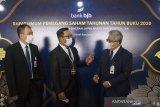 Gubernur Jawa Barat Ridwan Kamil (tengah) berbincang dengan Direktur Utama bank bjb Yuddy Renaldi (kanan) dan Komisaris Utama Independen Farid Rahman (kiri) sebelum Rapat Umum Pemegang Saham Tahunan (RUPST) bank bjb Tahun Buku 2020 di Bandung, Jawa Barat, Selasa (6/4/2021). RUPST bank bjb menyetujui dan mengesahkan Laporan Keuangan Perseroan, Direksi periode 2020 serta pembayaran dividen sebesar Rp 941,97 miliar atau sebesar Rp 95,74 per lembar saham yang setara dengan 56 persen dari laba bersih yang berhasil dibukukan oleh bank bjb di tahun buku 2020 sebesar Rp 1,7 triliun. ANTARA JABAR/M Agung Rajasa/agr
