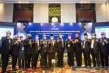 Gubernur Jawa Barat Ridwan Kamil (keenam kanan) foto bersama dengan sejumlah Kepala Daerah seusai Rapat Umum Pemegang Saham Tahunan (RUPST) bank bjb Tahun Buku 2020 di Bandung, Jawa Barat, Selasa (6/4/2021). RUPST bank bjb menyetujui dan mengesahkan Laporan Keuangan Perseroan, Direksi periode 2020 serta pembayaran dividen sebesar Rp 941,97 miliar atau sebesar Rp 95,74 per lembar saham yang setara dengan 56 persen dari laba bersih yang berhasil dibukukan oleh bank bjb di tahun buku 2020 sebesar Rp 1,7 triliun. ANTARA JABAR/M Agung Rajasa/agr