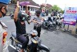Petugas kepolisian memeriksa pemohon Surat Izin Mengemudi (SIM) yang akan memanfaatkan layanan SIM secara