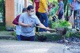 Bupati turun ke selokan angkat sedimen demi masifkan program Pangkep Bersih