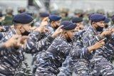 Prajurit TNI AL melakukan yel-yel saat gelar apel kesiapan Latihan Operasi Pendaratan Administrasi (Latopsratmin) 2021 di Dermaga Beaching, Mako Kolinlamil, Tanjung Priok, Jakarta Utara, Rabu (7/4/2021). Latopsratmin 2021 diikuti sebanyak 784 orang prajurit, tujuh KRI dan satu helikopter Bell (HU-4206), dan dua unsur instansi lain seperti KN Alugoro dari Kesatuan Penjagaan Laut dan Pantai (KPLP) dan Kapal patroli BC-8004 dari Bea Cukai. ANTARA FOTO/M Risyal Hidayat/nym.