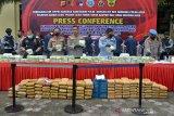 POLDA ACEH DAN BEA CUKAI GAGALKAN PEREDARAN  NARKOTIKA. Kapolda Aceh, Irjen Pol Wahyu Widada (tengah) bersama pejabat Bea Cukai Aceh menggelar barang bukti tindak kejahatan narkotika jenis sabu dan ganja di Banda Aceh, Aceh, Rabu (7/4/2021). Polda Aceh bersama Bea Cukai menggagalkan sebanyak 50 kilogram sabu jaringan internasional dan sebanyak 194 kilogram paket ganja siap edar  serta mengamankan 10 tersangka. ANTARA FOTO/Ampelsa.