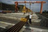 Karyawan memeriksa batang rel Kereta Cepat yang baru tiba di Depo PT. KCIC Tegalluar, Kabupaten Bandung, Jawa Barat, Rabu (7/4/2021). Sedikitnya 12 ribu batang rel sepanjang 50 meter didatangkan langsung oleh PT. KCIC dari China secara bertahap sebagai trase Kereta Cepat Jakarta-Bandung yang ditargetkan beroperasi pada tahun 2022. ANTARA JABAR/Novrian Arbi/agr