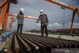 GM Material Equipment PT. KCIC Jarot Ari Wibowo (kanan) memeriksa  batang rel Kereta Cepat yang baru tiba di Depo PT. KCIC Tegalluar, Kabupaten Bandung, Jawa Barat, Rabu (7/4/2021). Sedikitnya 12 ribu batang rel sepanjang 50 meter didatangkan langsung oleh PT. KCIC dari China secara bertahap sebagai trase Kereta Cepat Jakarta-Bandung yang ditargetkan beroperasi pada tahun 2022. ANTARA JABAR/Novrian Arbi/agr