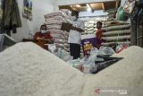 Petugas Dinas Koperasi, UKM, dan Perdagangan (DKUKMP) Ciamis mendata pedagang dalam sidak harga sembako, di Pasar Manis, Kabupaten Ciamis, Jawa Barat, Rabu (7/4/2021). Sidak pasar tersebut dilakukan untuk memeriksa ketersedian pangan dan memantau lonjakan harga sembako jelang Ramadan. ANTARA JABAR/Adeng Bustomi/agr