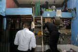 Petugas melakukan penggeledahan saat  Inspeksi mendadak di Blok F, Rutan Klas I Surabaya di Medaeng-Sidoarjo, Jawa Timur, Selasa (6/4/2021). Inspeksi mendadak (Sidak) yang dilakukan tersebut sesuai perintah Direktorat Jenderal Pemasyarakatan Kementerian Hukum dan HAM sebagai deteksi dini kemungkinan terjadinya gangguan keamanan. Antara Jatim/Umarul Faruq/zk