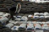 Pekerja mengangkat stok beras di gudang pangan Komplek Pergudangan Bulog, Bandung, Jawa Barat, Rabu (7/4/2021). Ketersediaan bahan pangan khususnya beras di gudang Bulog masih cukup tersedia hingga 2.200 ton untuk beras medium dan 70 ton untuk beras premium guna mengamankan kebutuhan pangan dan kestabilan harga bagi masyarakat saat bulan Ramadhan 1442 Hijriah. ANTARA JABAR/Novrian Arbi/agr