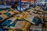 Pekerja menata stok beras di gudang pangan Komplek Pergudangan Bulog, Bandung, Jawa Barat, Rabu (7/4/2021). Ketersediaan bahan pangan khususnya beras di gudang Bulog masih cukup tersedia hingga 2.200 ton untuk beras medium dan 70 ton untuk beras premium guna mengamankan kebutuhan pangan dan kestabilan harga bagi masyarakat saat bulan Ramadhan 1442 Hijriah. ANTARA JABAR/Novrian Arbi/agr