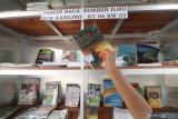 Warga memilih buku koleksi taman baca Sumber Ilmu di pos kamling Kelurahan Ngronggo, Kota Kediri, Jawa Timur, Rabu (7/4/2021). Warga secara swadaya membangun taman baca di pos kamling guna menyediakan buku bermutu sekaligus mendongkrak minat baca masyarakat. Antara Jatim/Prasetia Fauzani/zk