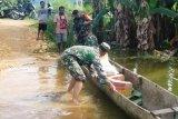Babinsa terobos banjir salurkan bantuan sembako warga kampung Mamberamo
