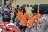 Tiga adik kakak di Mataram jadi penjual sabu, bandarnya