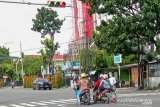 Manusia silver semakin sering dijumpai di jalanan Kota Padang