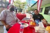 Kapolda Kalsel Irjen Pol Rikwanto (kanan) berbincang santai bersama Kepala LKBN ANTARA Biro Kalimantan Selatan Nurul Aulia Badar (kiri) di Lapangan Tenis di Banjarmasin, Kalimantan Selatan, Kamis (8/4/2021). Dalam pertemuan tersebut kedua belah pihak akan terus menjalin kerja sama untuk penyebarluasan informasi . Foto Antaranews Kalsel/Bayu Pratama S.