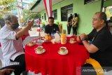 Kapolda Kalsel Irjen Pol Rikwanto (tengah) didampingi Kabid Humas Polda Kalsel Kombes Pol Mochamad Rifa'i (kanan) berbincang santai bersama Kepala LKBN ANTARA Biro Kalimantan Selatan Nurul Aulia Badar (kiri) di Lapangan Tenis di Banjarmasin, Kalimantan Selatan, Kamis (8/4/2021). Dalam pertemuan tersebut kedua belah pihak akan terus menjalin kerja sama untuk penyebarluasan informasi . Foto Antaranews Kalsel/Bayu Pratama S.